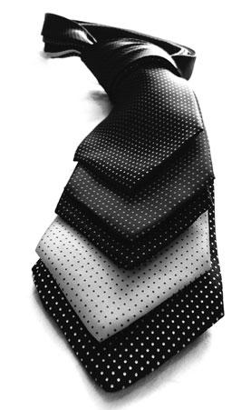 Gestapelte Krawatten in dunkle Töne